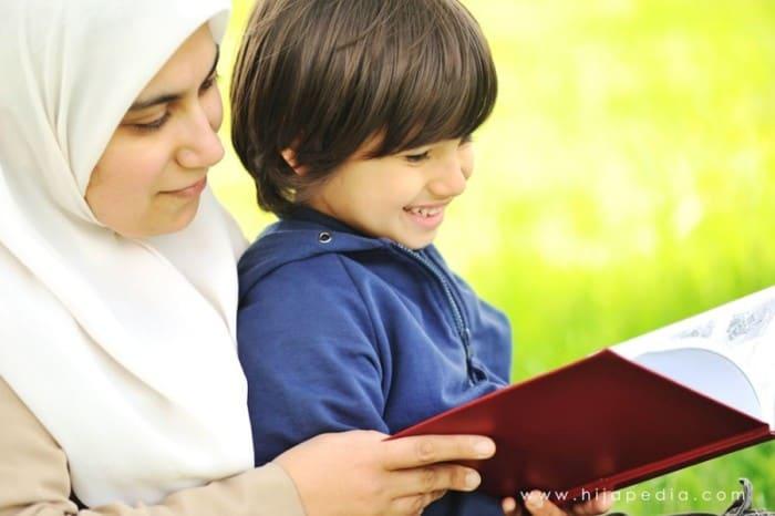 Wanita Muslim Mengajari Anaknya