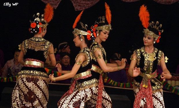 Tari serimpi berasal dari daerah Surakarta dan Yogyakarta Sejarah Tari Serimpi Beserta Gambar dan Videonya