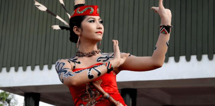 Wanita Suku Dayak