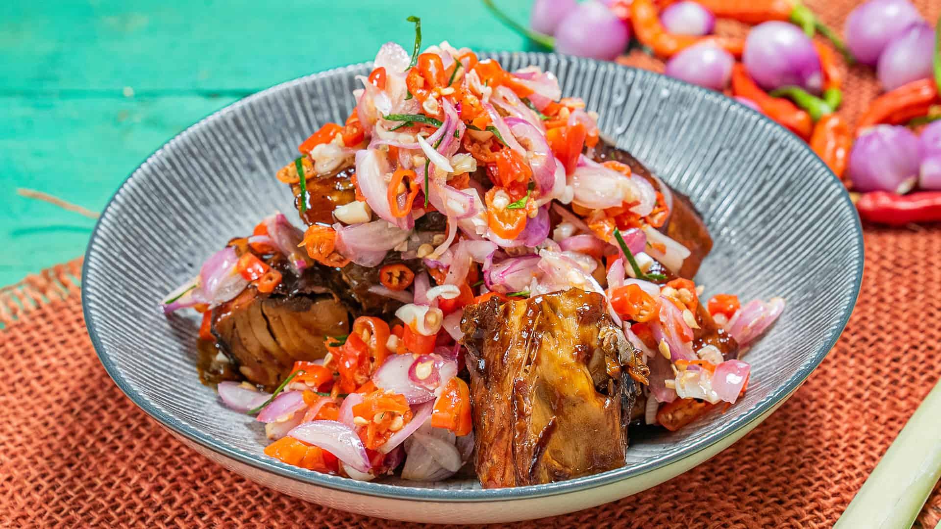 gambar makanan khas bali Ikan asap sambal matah