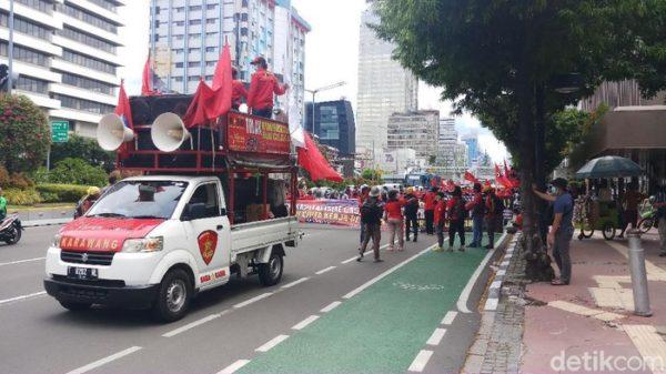 gambar demo tolak omnibus law