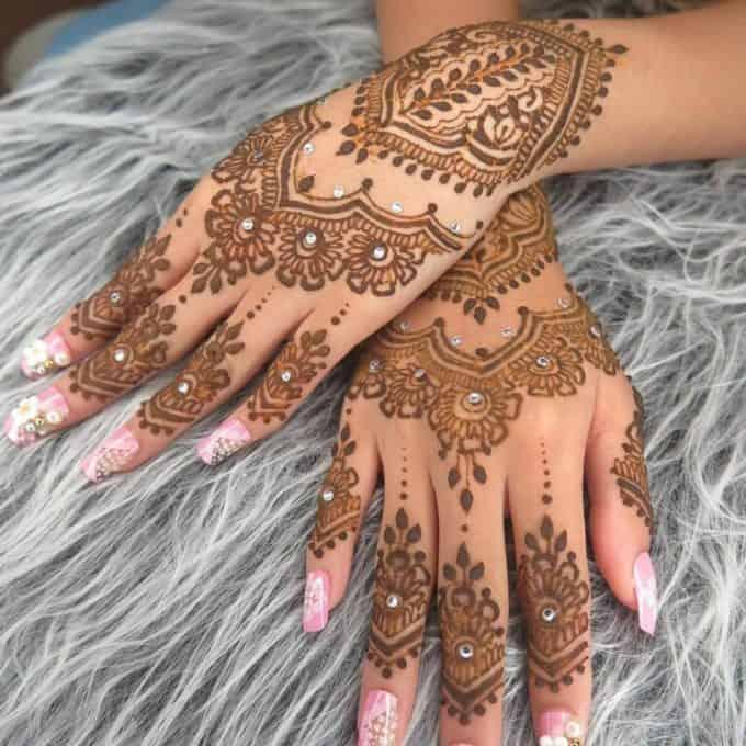 Henna Dengan Desain yang Bersusun