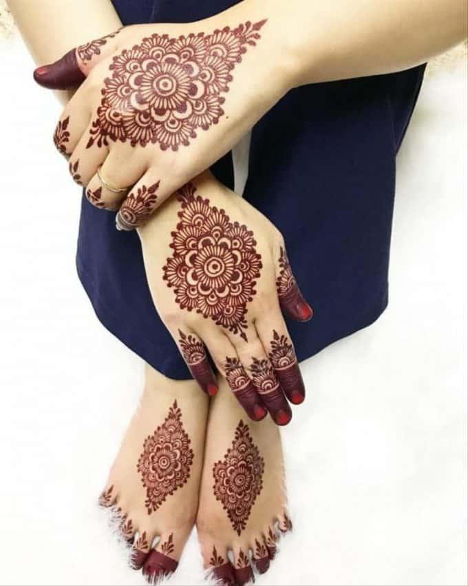 Henna dengan Desain di Tengah Punggung Tangan