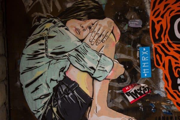 grafiti gadis seorang diri