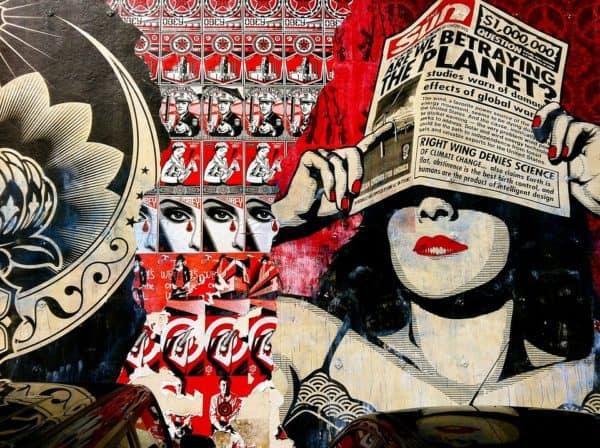 grafiti membaca koran